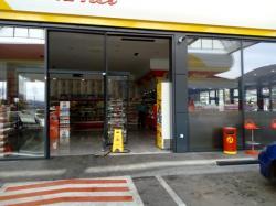 Trebinje: Vozilom udario u market na pumpi, povrijeđen radnik