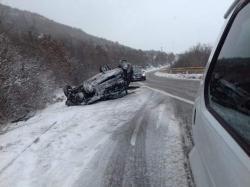 Trebinje-Bileća: Vozilo se prevrnulo na krov, žena povrijeđena