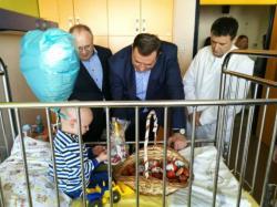 Predsjednik Srpske, povodom Vaskrsa, posjetio najmlađe pacijente u UKC Srpske