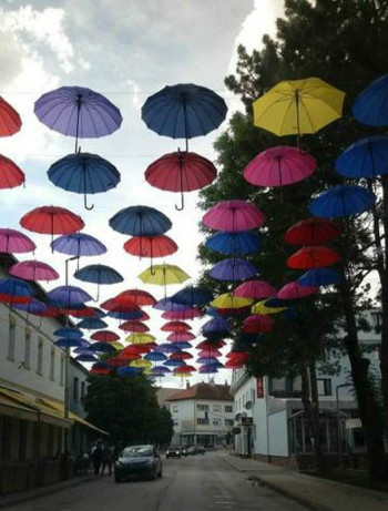 FOTO VIJEST: Gacko prvo u Hercegovini dobilo 'Ulicu šarenih kišobrana'