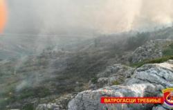 Trebinje: Vatrogasci drugi dan gase požar
