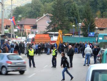Na Vučićev poziv Srbi u Zubinom Potoku uklonili barikade