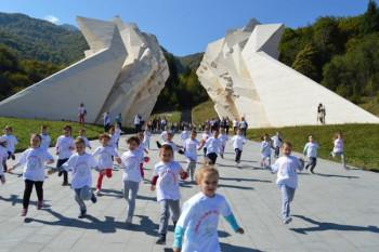 Carstvo u kojem caruje drugarstvo:  Druženje djece iz Foče i Kosovske Mitrovice na Tjentištu