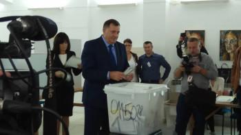 Predsjednik Srpske vidno raspoložen glasao u Laktašima: Želim svim ljudima dobro zdravlje, bez obzira za koga se opredijele
