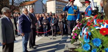 Nevesinje: Služen parastos i položeni vijenci na Spomenik slobode