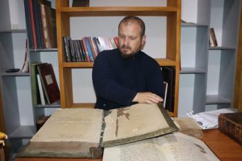Ljubinjski paroh Saša Kojović prikuplja knjige i čuva kulturno blago