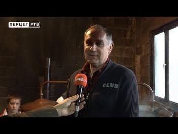 Tradicionalno pečenje rakije kod domaćina Ratkovića u Orašju (VIDEO)