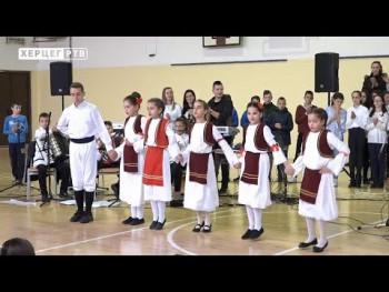 Novogodišnji koncert hora i orkestra OŠ 'Sveti Vasilije Ostroški' (VIDEO)