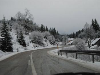 Vozači oprez: Kolovozi mokri i klizavi, moguća poledica