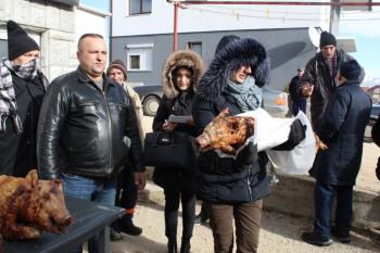 Nevesinje: Milan Zurovac poklonio božićne veselice socijalno ugroženim porodicama