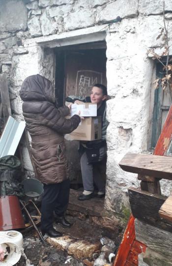 Uručeni paketi pomoći za pet porodica u Gacku