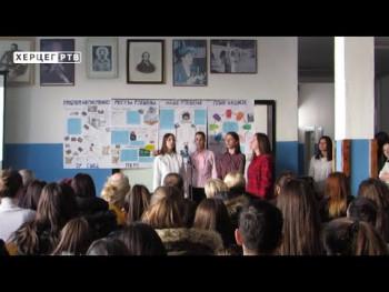 Gacko: Srednjoškolci obilježili Međunarodni dan maternjeg jezika (VIDEO)