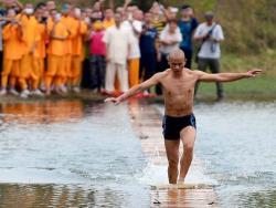Monah koji zna kako se hoda po vodi (VIDEO)
