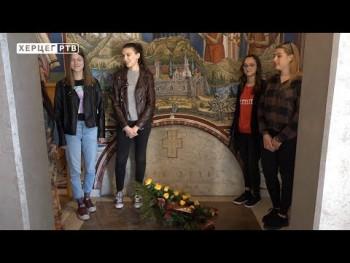 Maturanti Gimnazije polaganjem cvijeća na grob Jovanu Dučiću obilježili završetak škole (VIDEO)