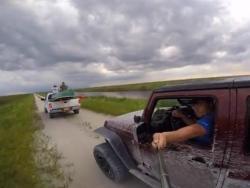 Gledajte na put, a ne u selfi štap (VIDEO)