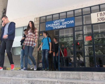 Maturanti Centra srednjih škola prvi u maturskom defileu