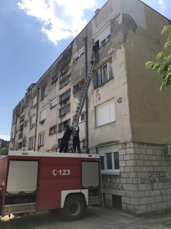 Trebinjski vatrogasci spasili baku koja je ostala zaključana na balkonu
