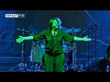 Kaliopi svojom pjesmom i energijom dotakla srca trebinjske publike (VIDEO)