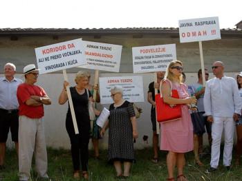 Mostarci poručili da će braniti imanja 'živim zidom'