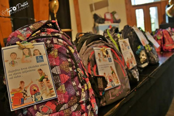 Zajedno kroz školska vrata, za djecu izliječenu od raka: UNIQA darovala školske torbe, pribor i opremu