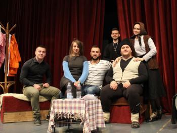 Foča: Studentska pozorišna trupa igrala za brucoše i malu Helenu