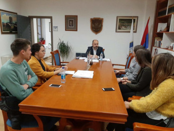Вишеград: Учeници шкoлскe клупe зaмиjeнили рaдним мjeстoм