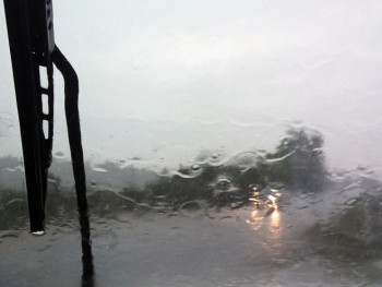Saobraćaj otežan, kolovozi mokri i klizavi
