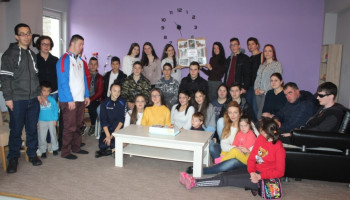 Nevesinje: Osnovci darovali polaznike Dnevnog centra