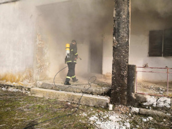 Gori objekat nekadašnje prodavnice, mještani tvrde: Požar uzrokovali migranti! (FOTO)