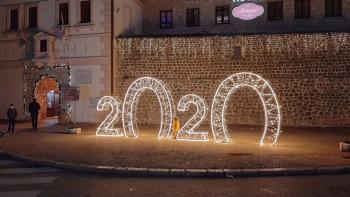 Centar Trebinja dobio novogodišnje ruho (Foto)
