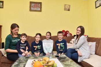 U posjeti sedmočlanoj porodici Štrbac: S puno ljubavi i maminim krofnama dočekuju Novu godinu