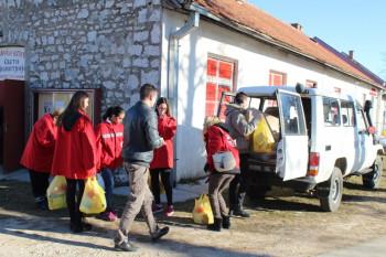 Nevesinje: Humanitarci obradovali 125 porodica božićnim veselicama i prehrambenim paketima