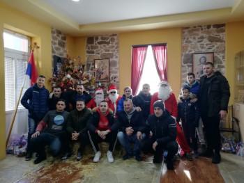 Članovi Omladinske organizacije 'Jezerine' paketićima obradovali mališane