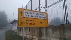 Sirogojno: Saobraćajni znak na engleskom napisali ćirilicom