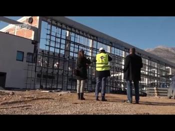 У току постављање нове кровне конструкције на затвореном базену (ВИДЕО)