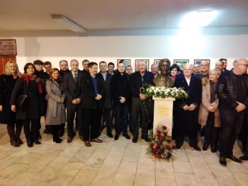 Фоча: Ученици подигли бисту професору математике Мићу Машићу