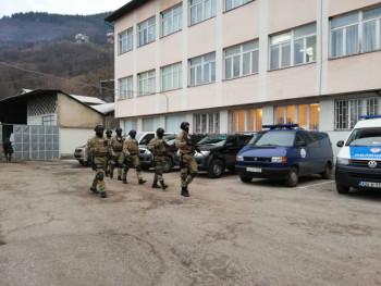 Претреси на 21 локацији, под блокадом КПЗ у Фочи (ФОТО)