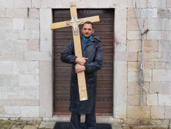 Uhapšen advokat jer je nosio krst od dva metra