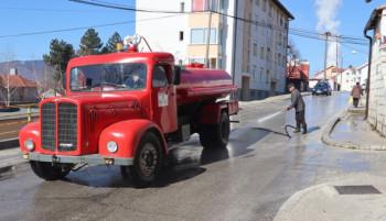 У току прање и дезинфекција улица и јавних површина у Гацку