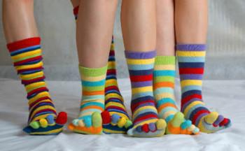 Свјетски дан особа са Дауновим синдромом, обуците различите чарапе.