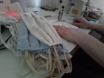 Фочанка шије 1.000 маски бесплатно, за машином и 15 сати дневно