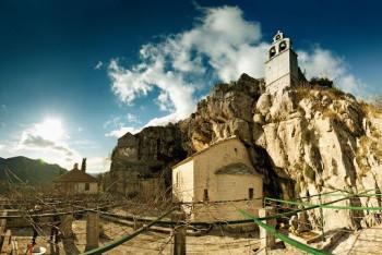PRIJAVA PROTIV IGUMANA VASILIJA? Uprkos zabrani okupljanja u manastiru Zavala okupilo se oko 120 vjernika