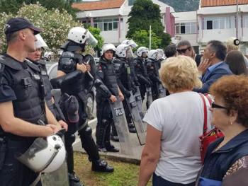 Nove tenzije u Budvi, građani ispred stanice policije (VIDEO)