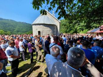 Vidovdan u Pridvorici kod Gacka okupio stotine Hercegovaca – SJEĆANJE NA STRAVIČAN ZLOČIN (FOTO)