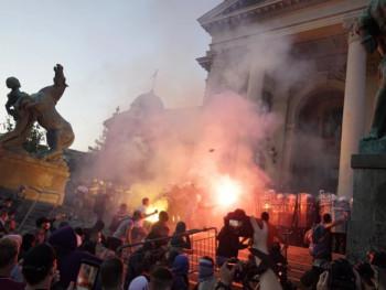 Sukobi i suzavac na protestima u Beogradu i Novom Sadu, povrijeđeno 10 policajaca