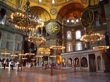 Zavjese na hrišćanskim mozaicima tokom molitve u Aja Sofiji