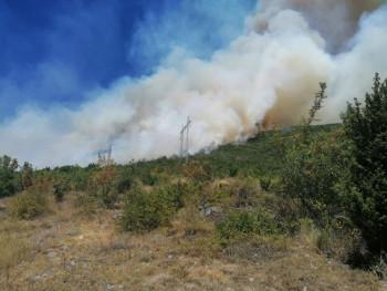 Пожар изнад насеља Бањевци и даље под контролом