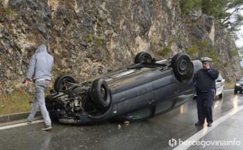 Na ulazu u Mostar se prevrnuo automobil