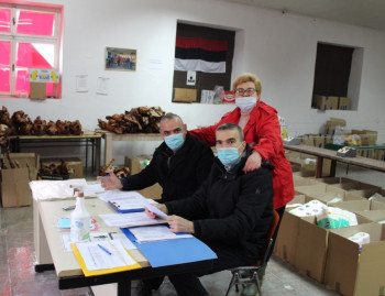 Nevesinje: Humanitarci božićnim darovima obradovali socijalno ugrožene porodice