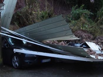Obrušio se potporni zid i zatrpao pet automobila